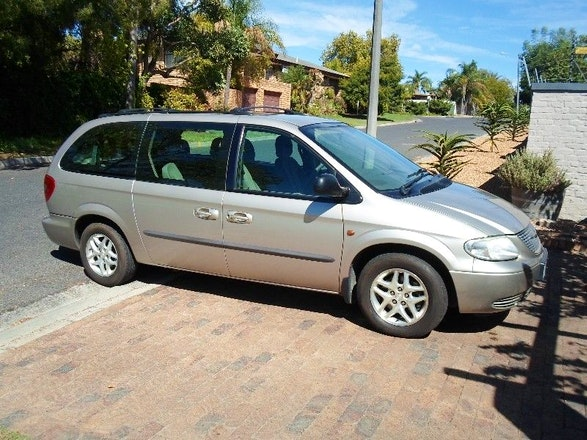 location chrysler voyager 2003 diesel 7 places beaucaire 5 rue henriot. Black Bedroom Furniture Sets. Home Design Ideas
