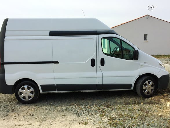 location utilitaire renault trafic 2010 diesel andilly rue des groies. Black Bedroom Furniture Sets. Home Design Ideas