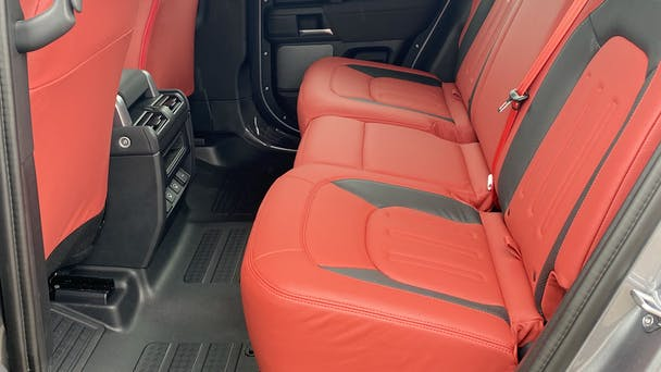 Land-Rover Defender 110 801 mit Audio-/iPod-Zugang