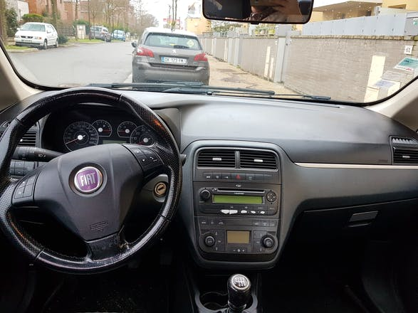 location fiat grande punto 2007 diesel montigny le bretonneux gare de saint quentin en yvelines. Black Bedroom Furniture Sets. Home Design Ideas