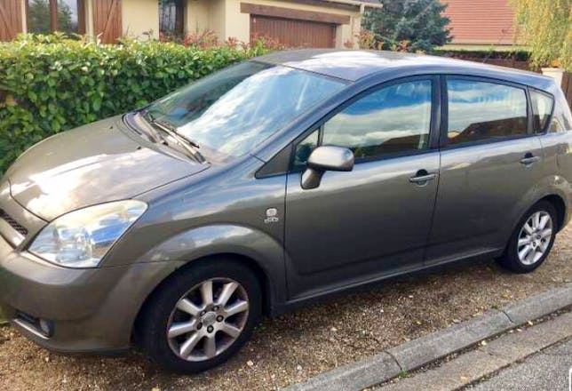 location toyota corolla verso 2005 diesel 7 places pont de l 39 arche 24 rue louis pasteur. Black Bedroom Furniture Sets. Home Design Ideas