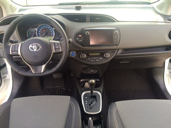 location toyota yaris 2015 hybride automatique marly rue de l 39 tang. Black Bedroom Furniture Sets. Home Design Ideas