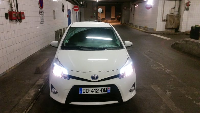 location toyota yaris 2014 hybride automatique courbevoie terrasse de l 39 iris. Black Bedroom Furniture Sets. Home Design Ideas