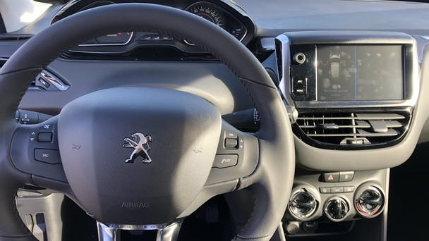 Peugeot 208 (135) Signature Puretech 82CH Radio, Clim, Bluetooth, Carplay